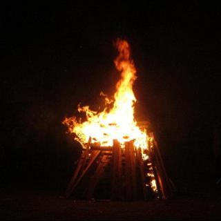 【夜半一更】篝火夜谈   他们在讲鬼故事!