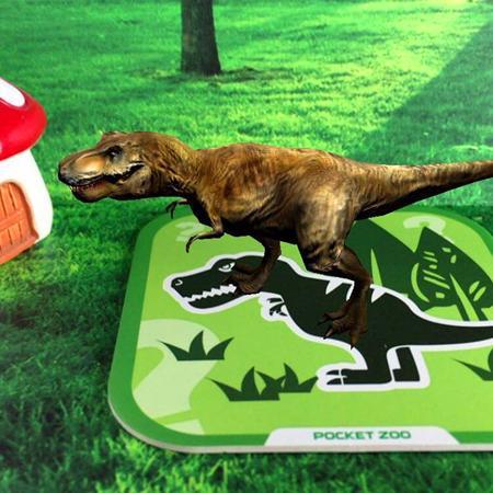 有一天,小恐龙在森林里走着.