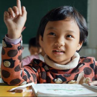 La prestación de ayuda contra la pobreza garantiza el futuro de los niños del pueblo Mia