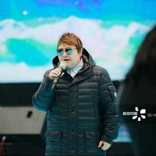 """Cantando en chino: """"la Ruta del cielo"""",天路"""