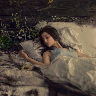 你最后爱上的,都是陪你晚睡的人