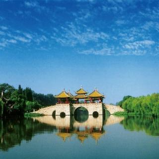 扬州长街市井连,月明桥上看神仙