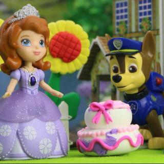 小公主苏菲亚的生日快到了,幸运草和小趣一起做了一个大蛋糕