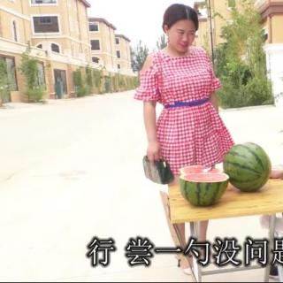 小伙街头卖西瓜,不熟不要钱,美女不花钱就抱走半个瓜,笑趴了