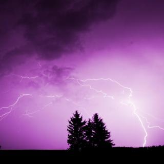 柔和的雨声伴着沉闷的雷声