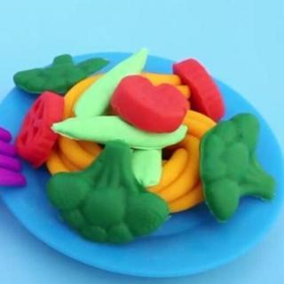 《超好玩的彩色面条》快把我吃掉-蔬菜超人【宝宝巴士故事】