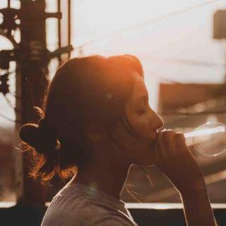 幸福不是从天上掉下来的,而是从心里长出来的