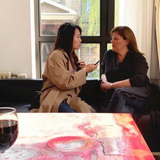 Más que solo una bebida: Una artista uruguaya usa el vino Tannat para pintar sus obras