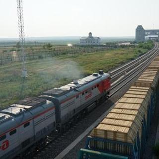 《双语新闻》:中国最大陆路口岸前三季度进出境中欧班列达1651列