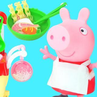 小猪佩奇在家做方便面,还煎了美味牛排