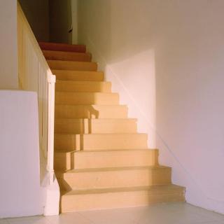 一个走在天梯上的人。