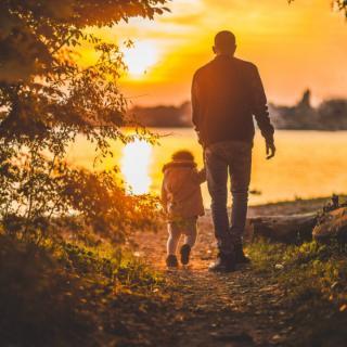 [晓生读人生]隐藏在步伐里的父爱~泪奔父亲节